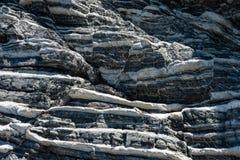 Komprimierte Gesteinsschichtbildung in den verschiedenen Farben und in den Stärken, auf zentraler Südküste vom Mittelmeerislan stockfoto