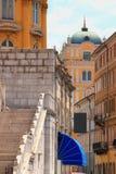 Komprimierte Telefotoansicht von Rijeka-Straßen in Kroatien lizenzfreie stockfotos