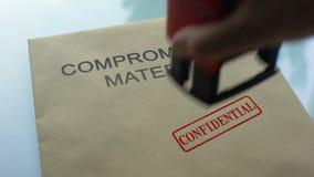 Kompromisowy materialny poufny, ręki cechowania foka na falcówce z dokumentami zbiory