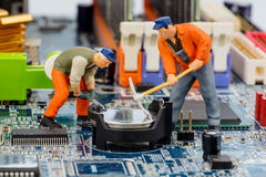 Komputerów pracownicy budowlani i deska zdjęcia stock