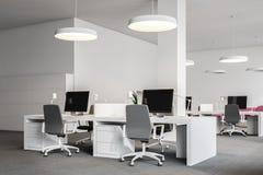 Komputerów stoły w białym biurze, boczny widok ilustracja wektor