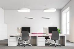 Komputerów stoły w białym biurze, leżanka royalty ilustracja