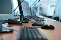 komputerów stoły klawiaturowi biurowi Zdjęcie Stock