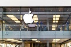 Komputer Apple logo na szklanym okno obrazy royalty free