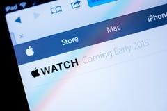 Komputer Apple strona internetowa ogłasza Jabłczanego zegarek w 2015 Fotografia Royalty Free