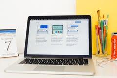 Komputer Apple strona internetowa pokazuje iOS 10 opcje Zdjęcie Stock