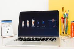 Komputer Apple strona internetowa pokazuje wszystkie iPhones 7, 7 plus i Zdjęcia Royalty Free