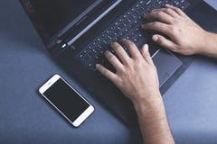 Komputer con el teléfono imagen de archivo
