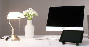 Komputer, cyfrowa pastylka, stołowa lampa i kwiat waza, zdjęcie wideo