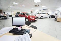 Komputer i dokumenty na drewnianym stole i nowych samochodach zdjęcie stock