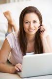 komputer jej laptopu kobiety potomstwa Zdjęcia Royalty Free