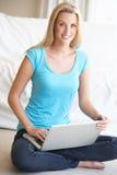 komputer jej laptopu kobiety potomstwa Obraz Stock