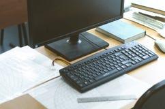 Komputer na stole jest edukacja starego odizolowane pojęcia Obraz Stock