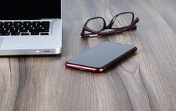 Komputer osobisty, szkła i telefon komórkowy na, nauka stole lub biurze zdjęcie stock