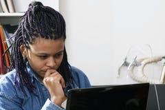 komputer patrzy na kobietę obrazy royalty free
