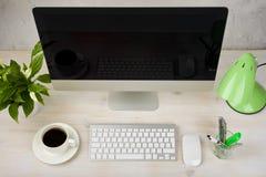 Komputer stacjonarny i akcesoria na drewnianym stole Odgórny widok fotografia royalty free