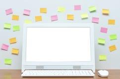 Komputer stacjonarny z pustym bielu ekranem na biurko stole obraz stock