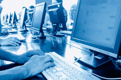 Komputer w bibliotece Zdjęcia Stock