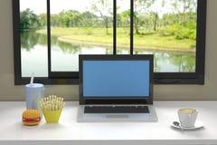 Komputer w nowożytnej bibliotece Obrazy Stock