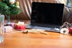 komputer, xmas prezenta pudełko, filiżanka na drewno stole Boże Narodzenia i obrazy royalty free