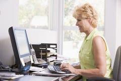 komputera ministerstwa spraw wewnętrznych kobieta uśmiechnięta Zdjęcia Stock
