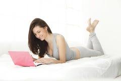 komputerowa dziewczyna ona uśmiechnięci potomstwa Obrazy Stock