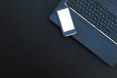 Komputerowa klawiatura i smartphone na ciemnym tle Odgórny widok obrazy royalty free