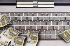 Komputerowa klawiatura z euro notatkami zdjęcia royalty free