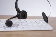 Komputerowa klawiatura z słuchawki i mike obrazy royalty free