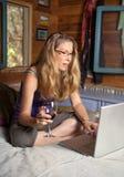 komputerowa laptopu czerwonego wina kobieta fotografia stock
