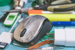 Komputerowa mysz i inni przedmioty umieszczający chaotically na stole fotografia royalty free