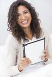komputerowa pastylka używać kobiety Zdjęcie Royalty Free