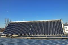 komputerowa pojęcia wydajności energia wytwarzający wizerunek Zbliżenie próżniowy słoneczny wodny ogrzewanie na domowym metalu da Fotografia Royalty Free