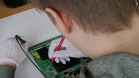 Komputerowa remontowa usługa, ręki mężczyzna techniki probiercza płyta główna z narzędziami zdjęcie wideo