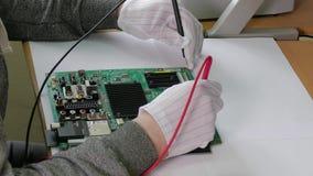 Komputerowa remontowa usługa, ręki mężczyzna techniki probiercza płyta główna z narzędziami, boczny widok zbiory wideo