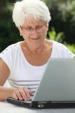 komputerowa starsza domowa kobieta zdjęcie royalty free