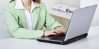 komputerowe biurowe kobiety miejsca pracy pracy Obrazy Royalty Free