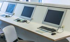 Komputerowe stacje robocze dla uczni w głównym budynku a uni zdjęcia royalty free