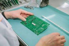 Komputerowego eksperta fachowy technik egzamininuje deskowego komputer w laboratorium w fabryce wsparcie techniczne Fotografia Royalty Free