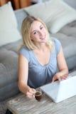 komputerowego laptopu uśmiechnięta kobieta Zdjęcia Royalty Free