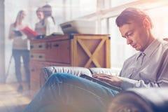 komputerowego mężczyzna pastylka Loft biuro, drużynowy dyskutuje projekt na tle obrazy royalty free