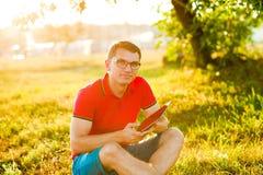 komputerowego mężczyzna pastylki używać Zdjęcie Royalty Free