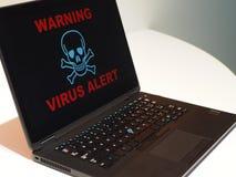 Komputerowego wirusa ostrzeżenia pojęcie Ostrzegać na laptopie obrazy royalty free