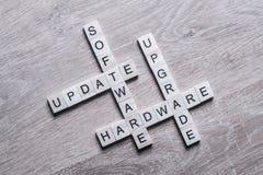 Komputerowi konceptualni słowa zbierali gemowi sześciany na drewnianej kipieli Fotografia Stock