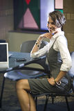 komputerowi laptopu obsiadania stołu kobiety potomstwa Obraz Stock