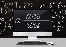 Komputerowy biurka przedpole z blackboard grafika matematyk równania zdjęcia stock