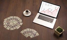 Komputerowy biurko z laptopem i czerwieni strzałkowata mapa w ekranie Zdjęcie Stock