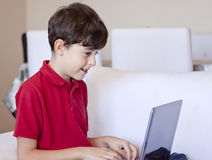 komputerowy chłopiec laptop używać potomstwo Fotografia Royalty Free