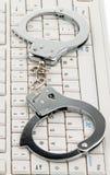 komputerowy cyberprzestępstwo zakłada kajdanki klawiaturę Fotografia Royalty Free