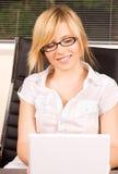 komputerowy dziewczyny laptopu biuro Zdjęcia Royalty Free